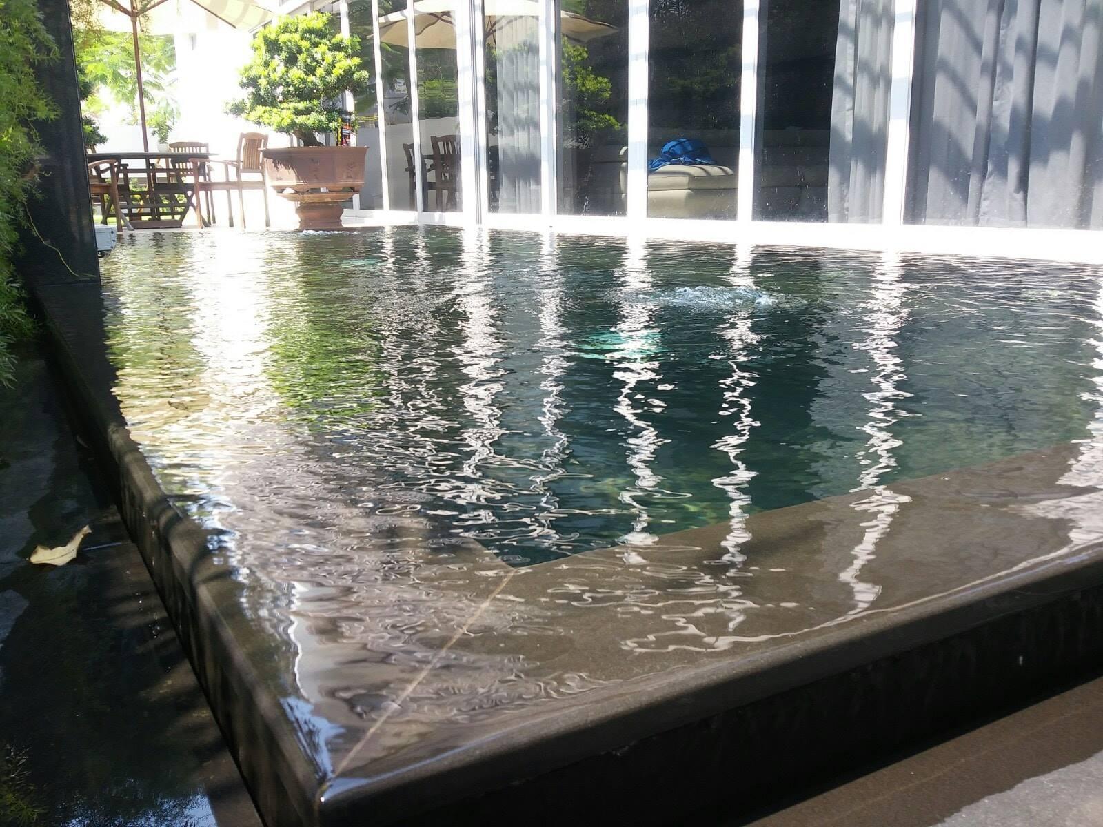 Hồ cá Koi kết hợp với thác nước chảy nhanh